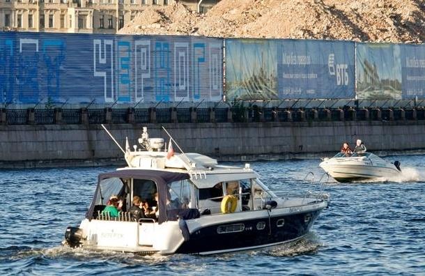 Прогулочный катер врезался в опору моста в Петербурге