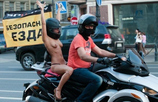 По Невскому катались обнаженные девушки на мотоциклах (Фото)