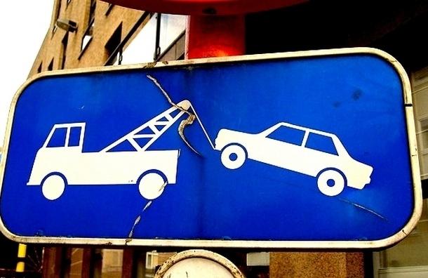 В Петербурге автомобиль эвакуировали вместе с водителем