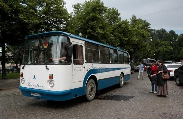 По советским местам Петербурга ходит ретро-автобус: не хватает только контролеров