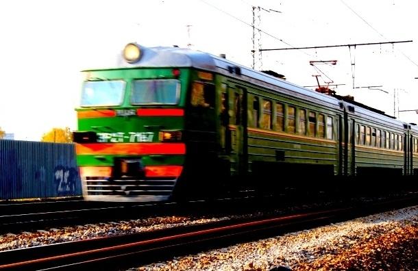 Поезд сбил двухлетних тройняшек под Петербургом
