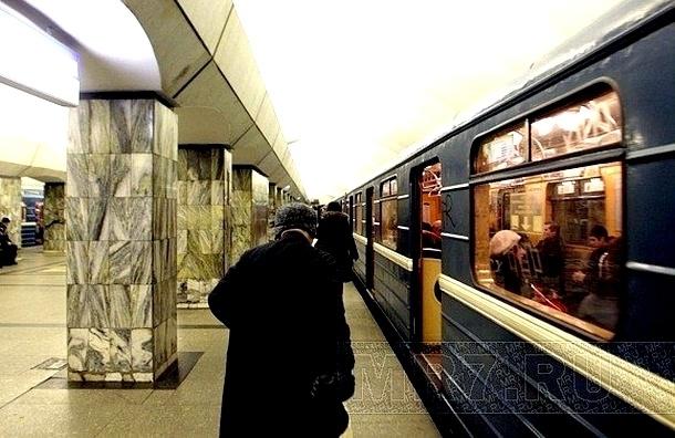 На метро «Приморская» толпа: поезда ходят с двойным интервалом