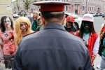 Шествие зомби сорвала полиция: Фоторепортаж