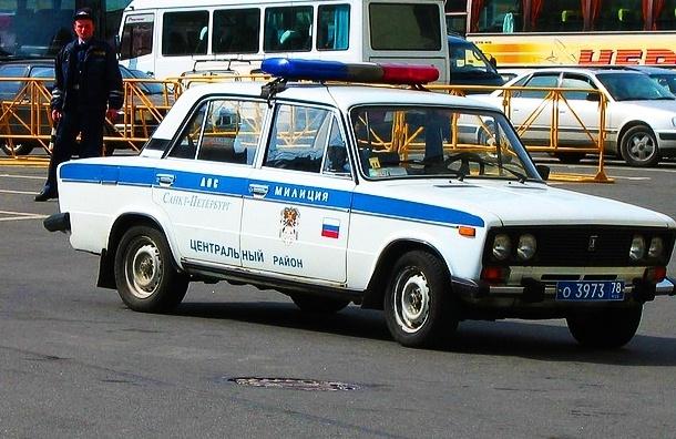 Водитель на LADA Priora покорежил полицейский автомобиль