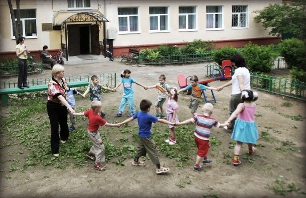 В Петербурге детей водят в садики, заваленные строительным мусором