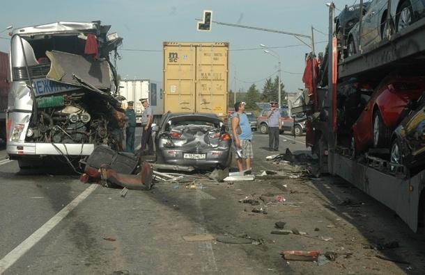 Автобус с петербуржцами столкнулся с автовозом под Тверью, один погибший (фото, список раненых)