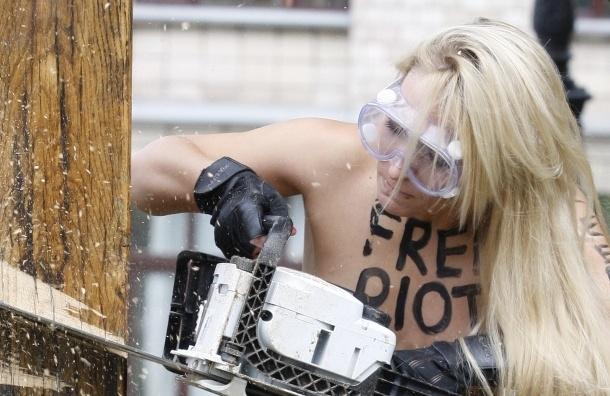 Femen спилили крест: милиция заблокировала офис (Кадры)
