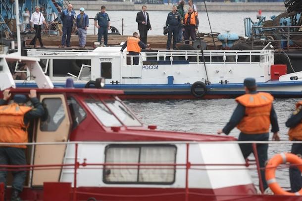 из Невы поднимают затонувший катер. 1.08.2012: Фото