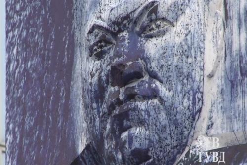 Памятник Борису Ельцину осквернили вандалы: Фото