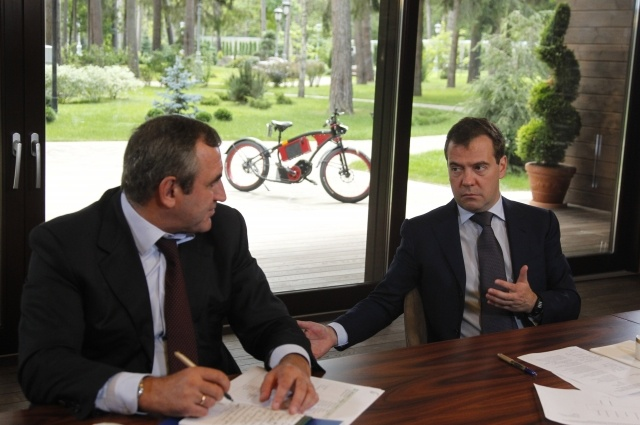 Дмитрий Медведев на электромопеде: Фото