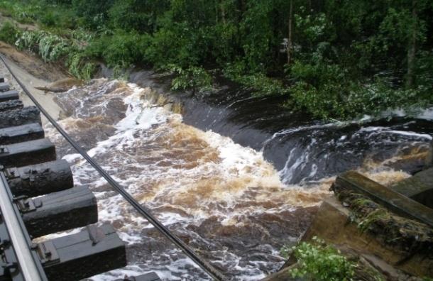 Наводнение в Карелии: прорвало дамбу, размыло железную дорогу, затопило Беломорск