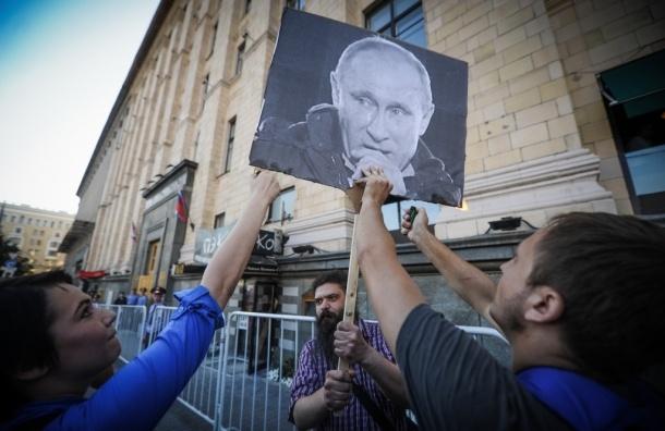 За попытку сжечь портрет Путина арестовали двух человек