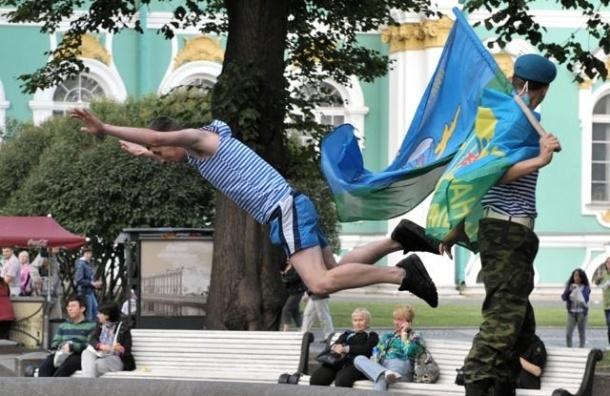 День ВДВ в Петербурге привел к появлению ОМОНа в центре города