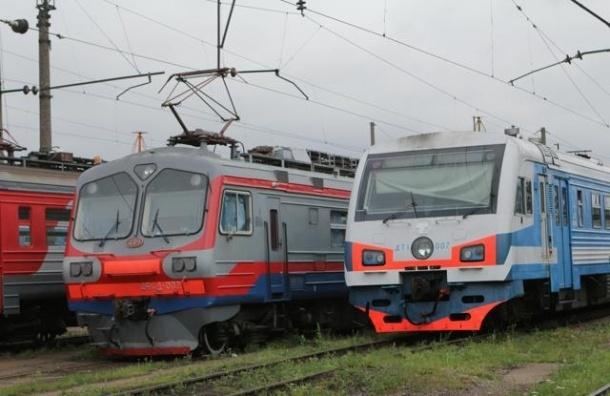 Столкнувшиеся грузовики остановили электрички под Петербургом
