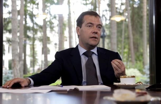 Медведев призывает не верить интернету