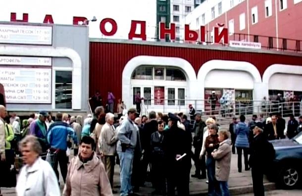 В Петербурге пенсионеры грудью встали на защиту универсама «Народный»