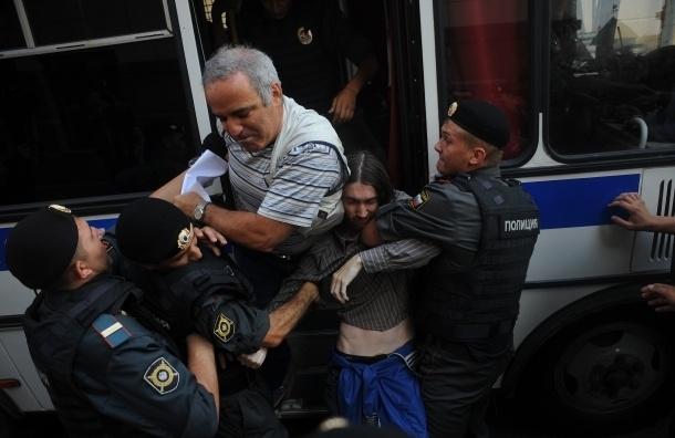Каспаров решил подать иск против полицейских, применивших силу при задержании