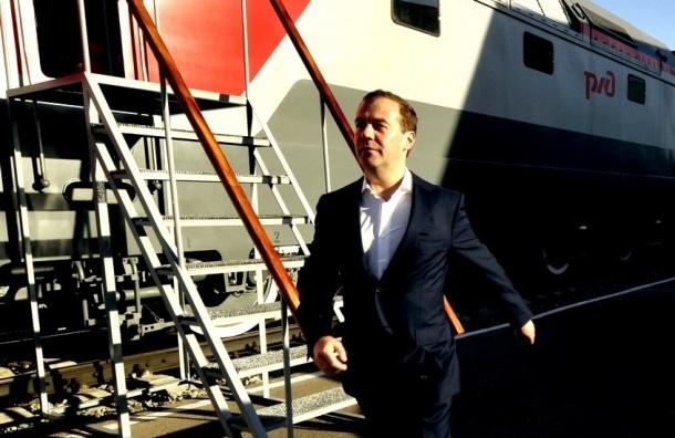 Медведев вышел из поезда на станции Топки, чтобы купить жвачку и квас