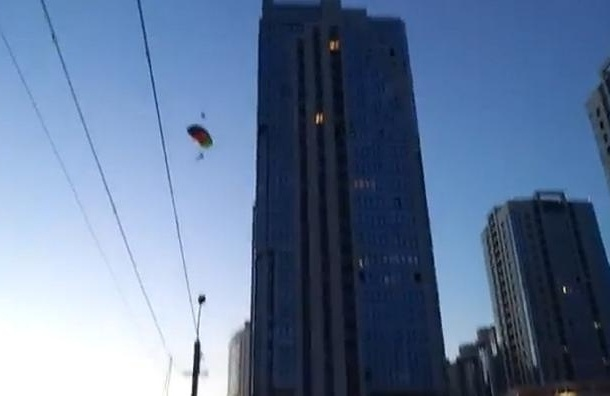 Парашютисты-экстремалы прыгнули с высотки на Типанова