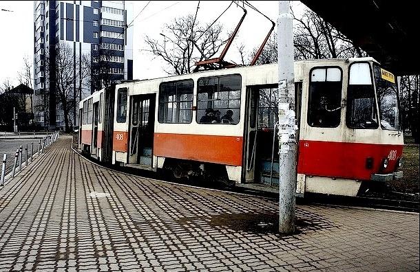 В Петербурге хулиганы обстреляли трамвай, ранив вагоновожатую