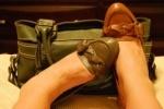 Грабитель снял с девушки дорогие туфли, оставив ее босой