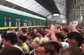 На вокзале собралась толпа, чтобы защитить женщин