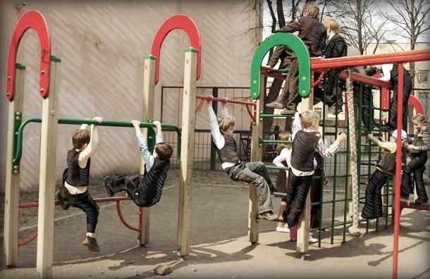 Детские площадки в Петербурге устарели физически и морально