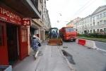 На Малом проспекте Васильевского людей сталкивают на проезжую часть: Фоторепортаж