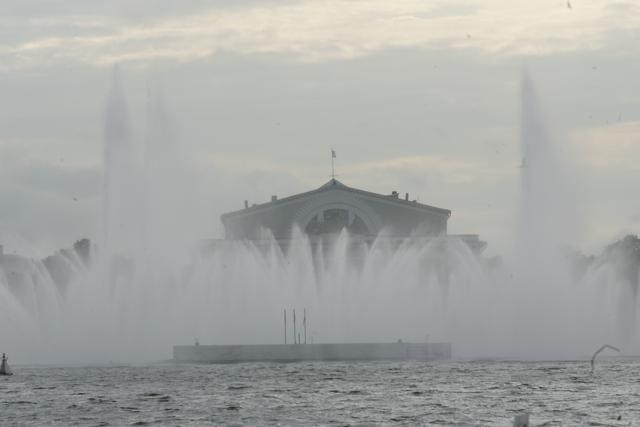 Плавучий фонтан, Нева, стрелка: Фото