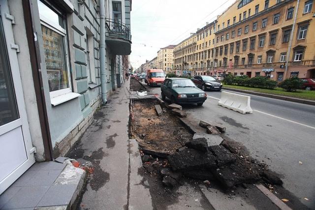 На Малом проспекте Васильевского людей сталкивают на проезжую часть: Фото