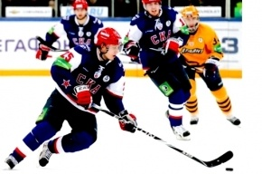 Православный батюшка освятил клюшки хоккеистов СКА