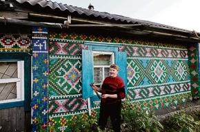 Дома теперь украшают пробками, а стены делают из пластмассового мусора и стеклянных бутылок из-под водки