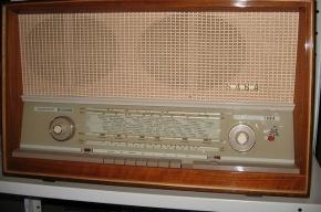 Песни на радио станут помечать как «песни для взрослых»