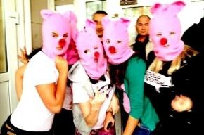 «Хрюши против» провели продовольственный панк-молебен Piggy Riot в «Народном»
