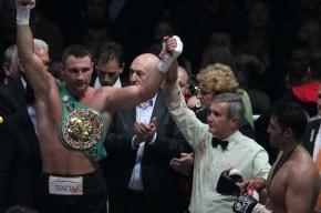 Кличко разбил глаз Чарру и защитил чемпионский титул