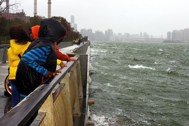 Hurricane_Sandy_East_River_Manhattan_1.JPG