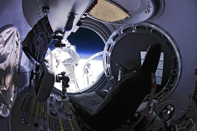 Прыжок из стратосферы: Фото