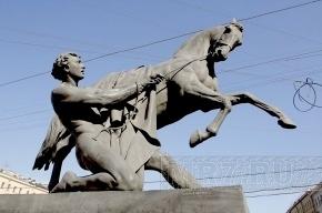 Вандалы разрисовали укротителя коней Клодта на Аничковом мосту