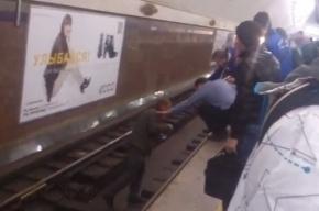 Неадекватного петербуржца, гулявшего по рельсам в метро, сняли на видео