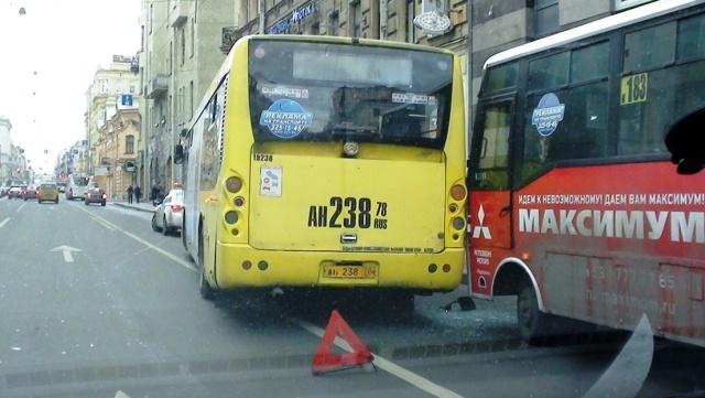 Столкнулись автобусы Большой проспект 8 ноября 2012: Фото