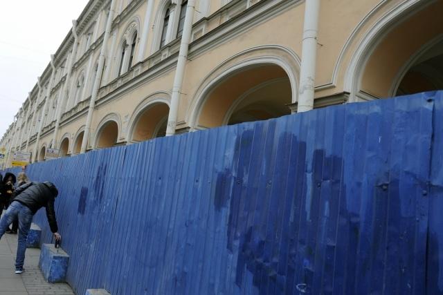 Синий забор вокруг Апраксина двора: Фото