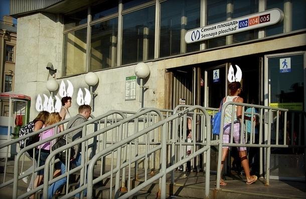 Молодые «зайцы» в петербургском метро изобрели способ ездить за счет пенсионеров