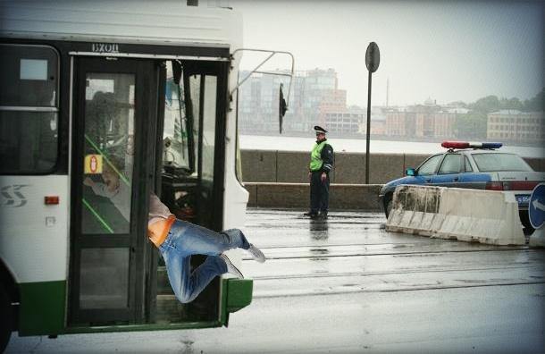 Петербуржца зажало в дверях автобуса и протащило по мостовой