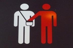 Пожилая карманница вытащила у москвички 200 тысяч в метро «Гостиный двор»