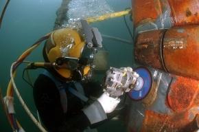 В Неве спасают водолаза, которого заблокировало стройматериалами