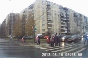 В Петербурге водитель сбил троих, проехав на красный, и скрылся, даже не притормозив
