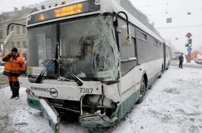 Автобус, столкнувшийся с трамваем в Петербурге, ехал на зеленый