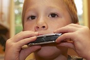В школах ввели факультатив по губной гармошке - будут учить детей верно дышать