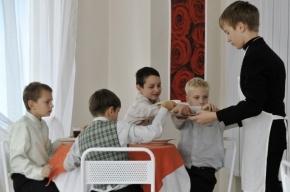 В школьных столовых Петербурга детей начали обслуживать по карточкам