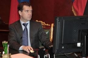 Медведев призвал увольнять чиновников, боящихся компьютера